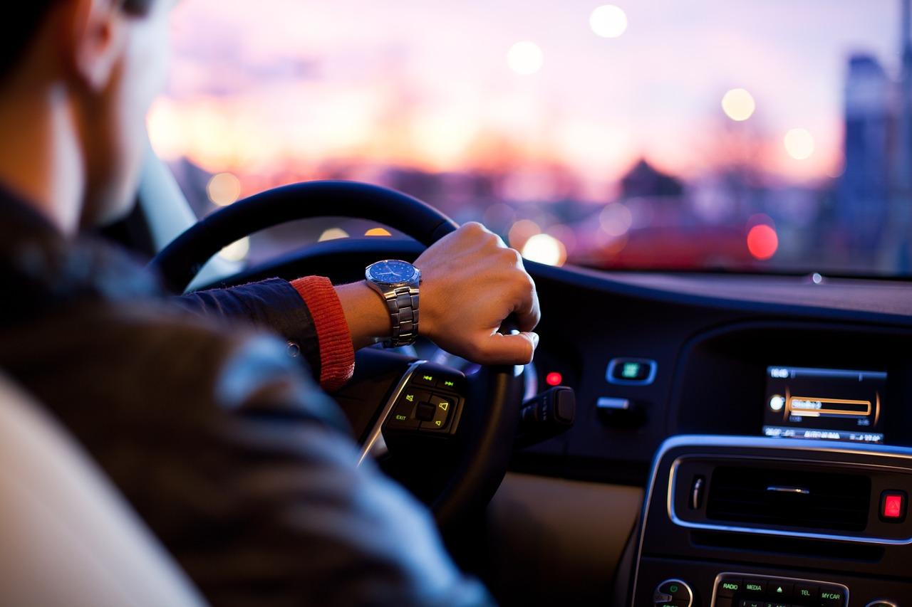Mladí za volantom riskujú a predvádzajú sa